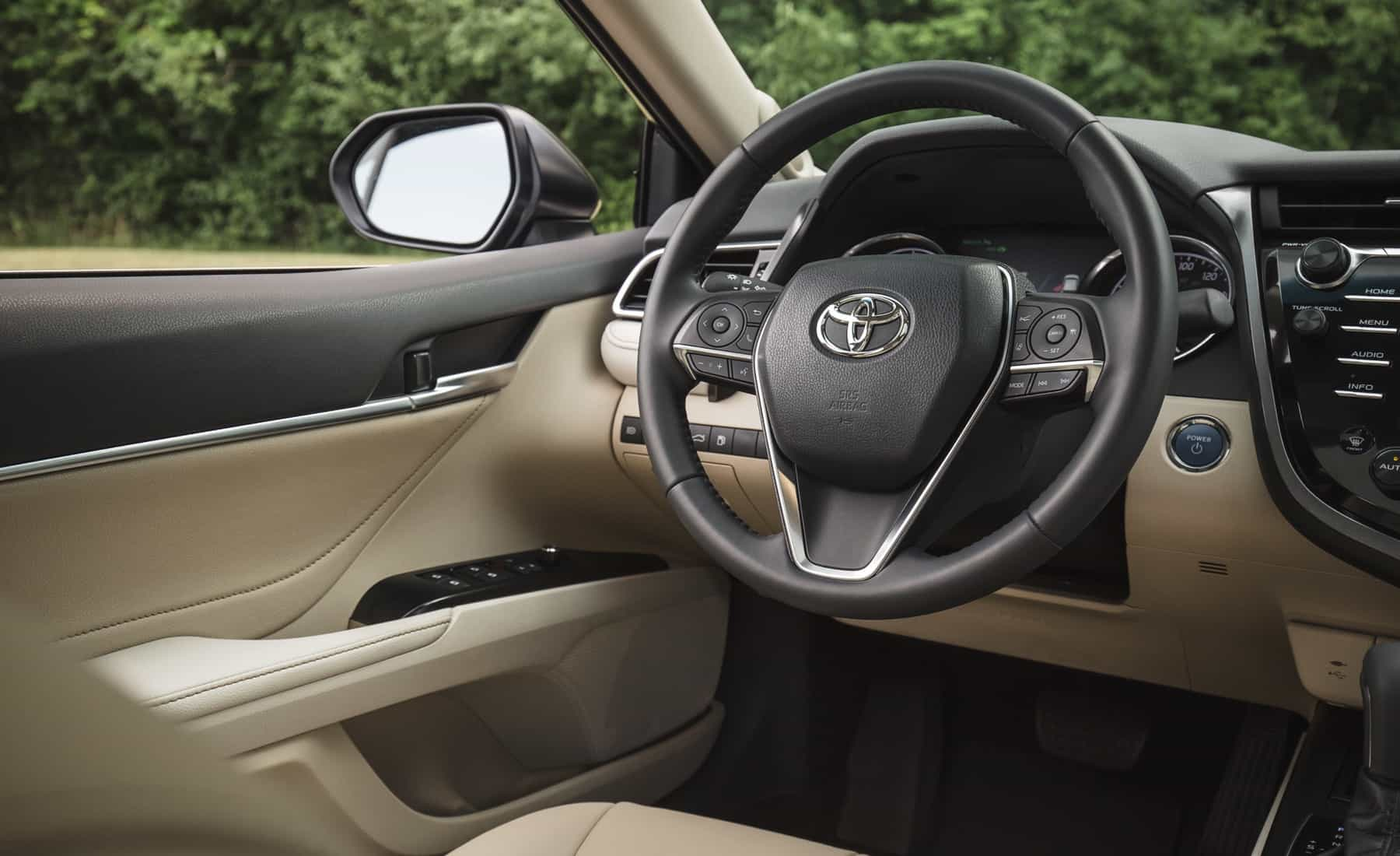 2018 Toyota Camry Hybrid XLE Interior Driver Cockpit (Photo 24 of 41)