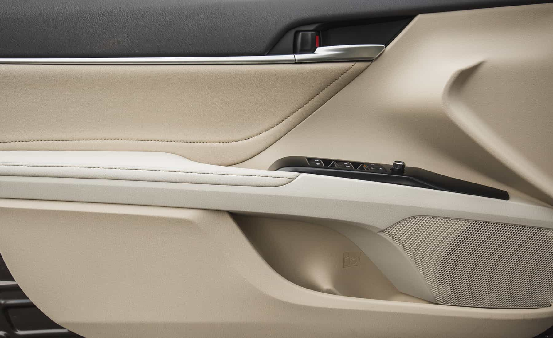 2018 Toyota Camry Hybrid XLE Interior View Door Trim Front (Photo 26 of 41)