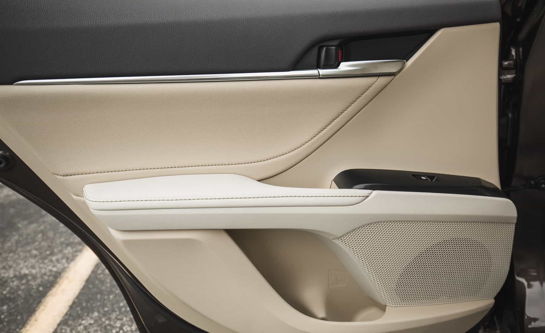 2018 Toyota Camry Hybrid XLE Interior View Door Trim Rear (Photo 27 of 41)