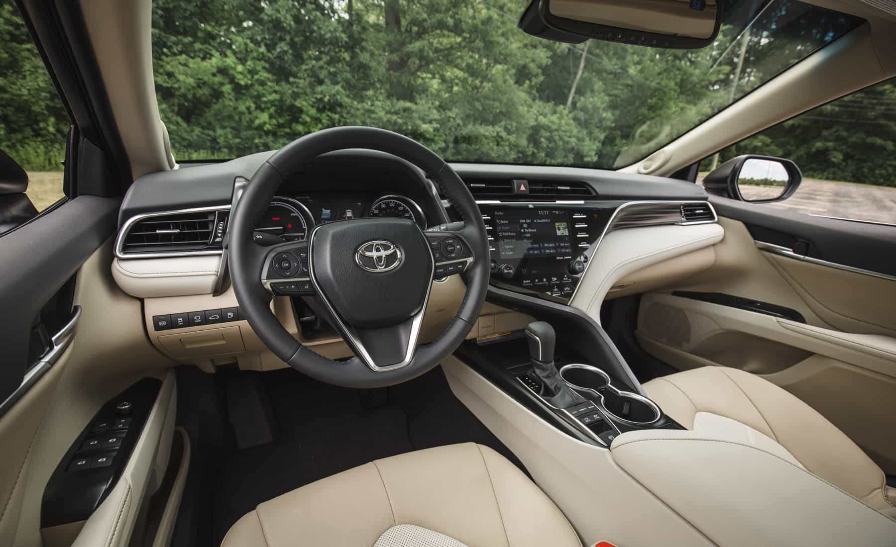 2018 Toyota Camry Hybrid XLE Interior (Photo 16 of 41)