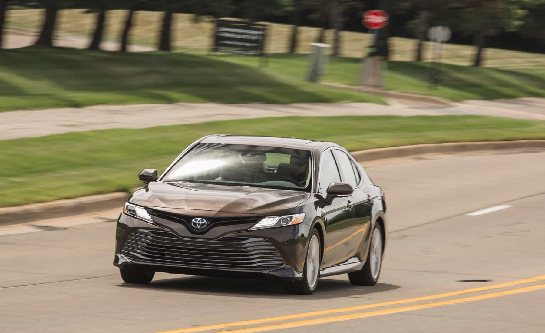 2018 Toyota Camry Hybrid XLE Test Drive Front And Side View (Photo 37 of 41)