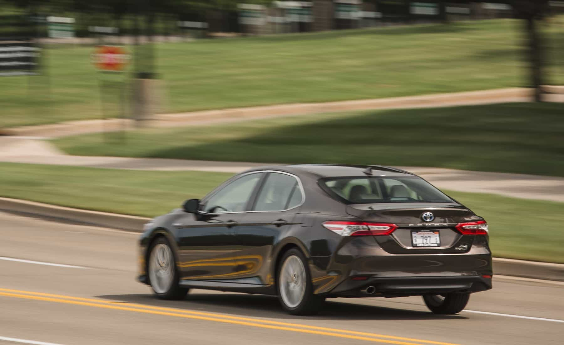 2018 Toyota Camry Hybrid XLE Test Drive Rear And Side View (Photo 39 of 41)