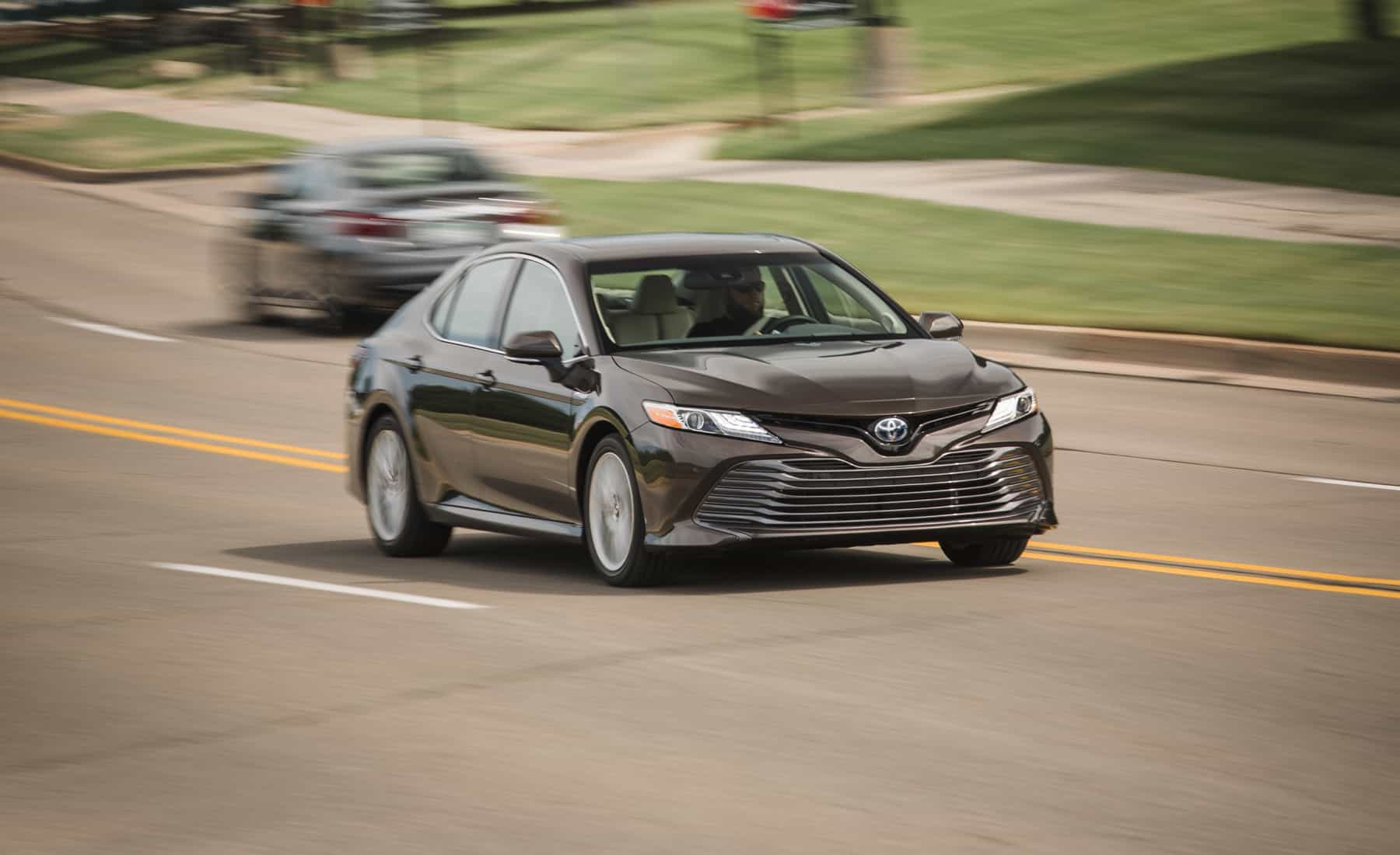 2018 Toyota Camry Hybrid XLE Test Drive (Photo 35 of 41)